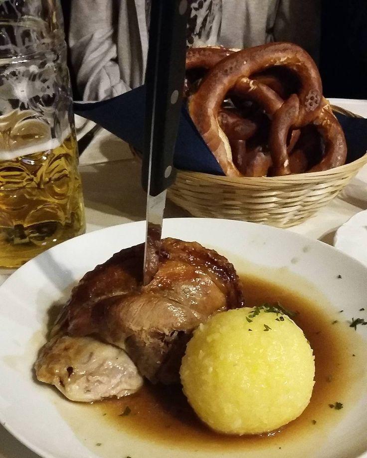 #food#instafood #haxe#schweinehaxe #kartoffelknoedel #brezel #еда#меню#блюдо #баварскаянациональнаяеда#хаксы#картофелныйкнёдэль#брецель by eva_leri #haxenhaus #people #food