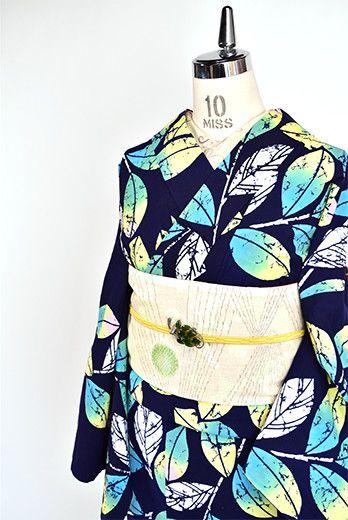 濃紺色地に、藤城清治の影絵の世界を思わせる幻想的な詩情ただよう枝葉模様が染め出された注染レトロ浴衣です。