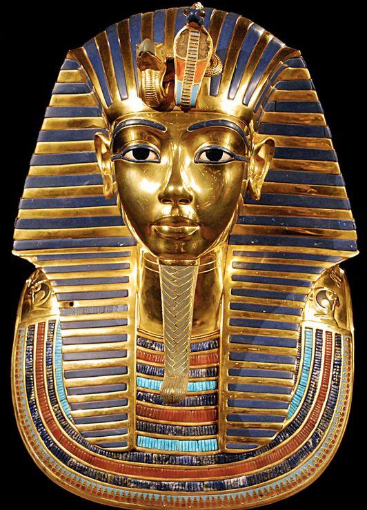 Masque en or du pharaon Toutankhamon. Cet objet trouvé dans la tombe du pharaon aurait été fabriqué pour servir de masque funéraire à une autre momie, certainement une femme, mais il aurait été modifié et réaffecté au pharaon mort prématurément.
