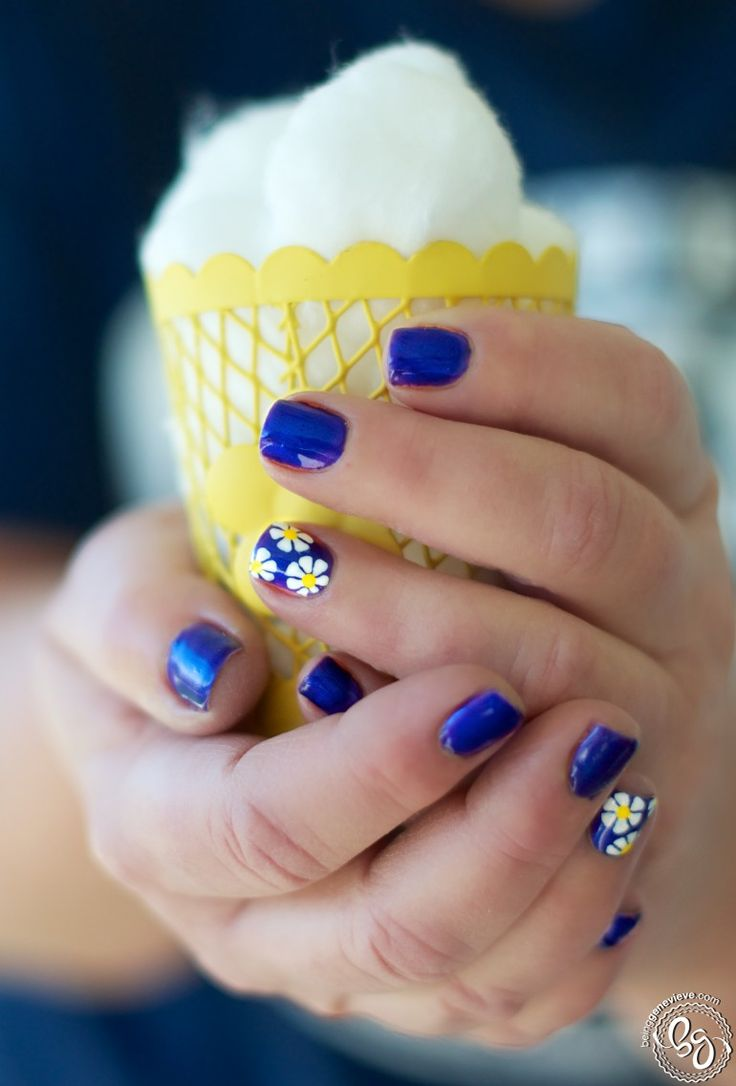 """Nothing says """"spring"""" quite like a bunch of daisies. Make them pop with a bright blue or purple base underneath."""
