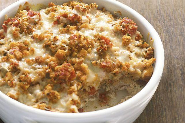 La bruschetta prend la vedette! Une casserole simplifiée grâce au mélange à farce STOVE TOP et au fromage Mozzarella râpé <i>Cracker Barrel</i>.