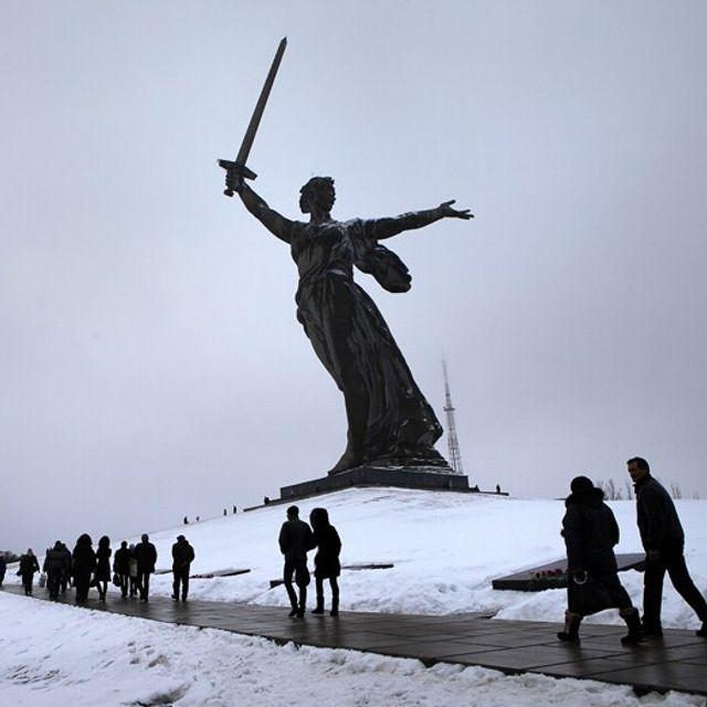 A piedi sotto l'enorme statua della Madre Russia a #Volvograd