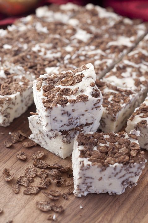 Make and share this White Chocolate Cocoa Pebbles Fudge dessert recipe with family for an easy Christmas treat. It is a great gift to give at the holidays.