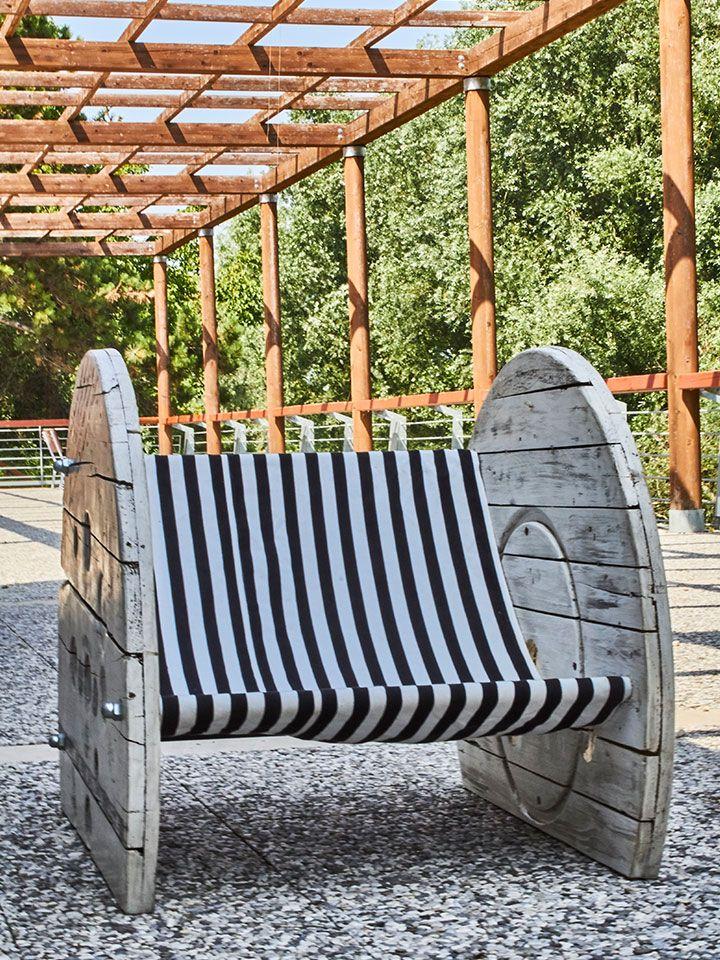 """Artigiano: Elem Creative LabBB Relax di Elem è una sedia asdraio caratterizzata da una linea semplice e morbida dal gusto minimalista, prodotto artigianale """"Made in Marche"""".Realizzata grazie al recupero di una vecchia bobina in legno per cavi elettrici e personalizzata in stile nautico, la sedia a sdraio BB Relax , unica nel suo genere, può essere usata in ogni contesto abitativo. Arreda con classe e confort anche gli spazi esterni perché resistente alle intemperie."""