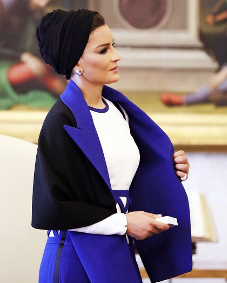 Royal Blue. Sheikha in her favorite designer Jean Paul Gaultier. Sheikha looks absolutely chic in Jean Paul Gaultier couture from Spring 2016 collection. I love this blue, so refreshing and mesmerizing.