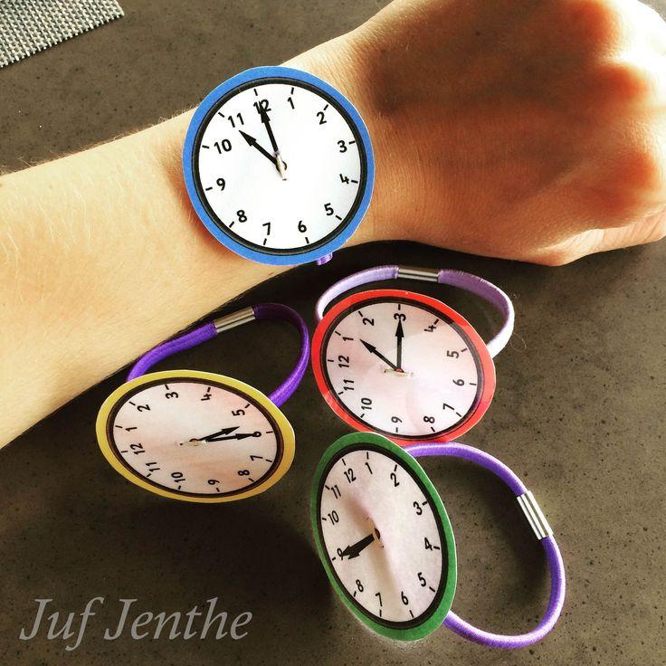De analoge klok spelenderwijs inoefenen: oefenhorloges. Eenvoudig te maken: klokje lamineren en naaien op een rekker. Koppel er enkele opdrachten aan, plezier verzekerd! Klokjes: http://www.sparklebox.co.uk/maths/shape-space-measures/time/#.VdWievntmkr