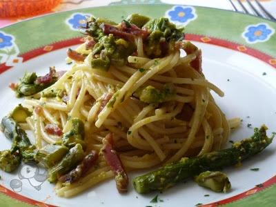 Pasta alla carbonara con asparagi e speck.