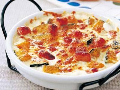 加藤 美由紀さんのかぼちゃを使った「かぼちゃのグラタン」のレシピページです。とろけるチーズがからまったアツアツのグラタンは格別。かぼちゃは牛乳を加えた水からゆでるのがポイント。 材料: かぼちゃ、牛乳、ウインナーソーセージ、生クリーム、ピザ用チーズ、塩、こしょう