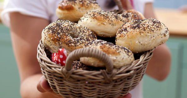 Johan Sörbergs recept på bagels, ett gott, saftigt och ganska kompakt bröd som kokas innan det gräddas.