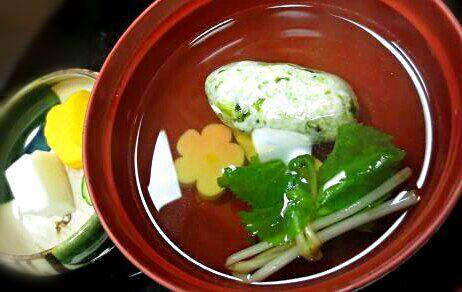 水を切った木綿豆腐と好きな具材(カニ、海老、野菜なんでも)を合わせて茶巾絞りするだけ。 繋ぎも要らなくてシンプルに甘さ濃厚豆腐です♪ *今日はアオサ  蒸したらフワフワで餡かけや鍋、味後付けでいろんな料理に使えますが、今朝は茹でてお吸い物にしました オニギリ定食でおはようございます! - 112件のもぐもぐ - 水切り豆腐で白つみれ汁 by HKhuuuka