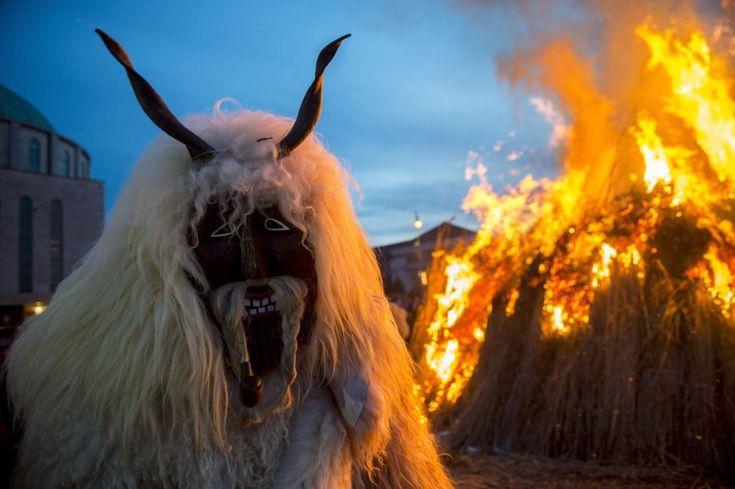 Un hombre viste un traje de piel de oveja delante de una hoguera en la que se quema un ataúd que simboliza el invierno durante el acto de clausura del desfile de carnaval tradicional en Mohacs, al sur de Budapest, Hungría.