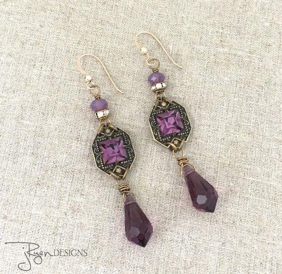 Deze vintage voorzien Strass oorbellen zijn een dangle ontwerp met een paarse Strass accent en vintage paars kristal kralen. Deze oorbellen zijn erg