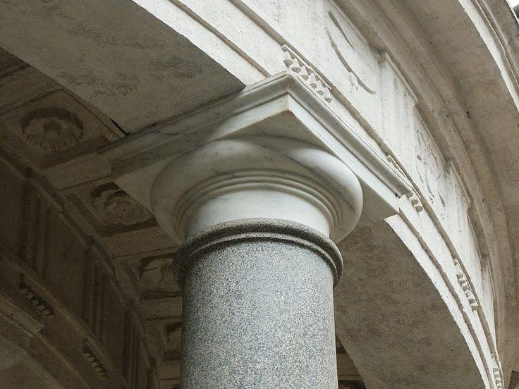 Bramante, Tempietto di S. Pietro in Montorio, Roma. Particolare della trabeazione e di un capitello.