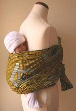 Mowgli:Traditionelle afrikanische Tragehilfen | Da es viel Übung im Binden braucht, den Kopf eines Neugeborenen richtig abzustützen, empfehlen wir den Einsatz erst ab dem 3./4. Monat oder zusätzlich ein schmales Tuch dazuzunehmen, um den Kopf des Kindes zu stützen.