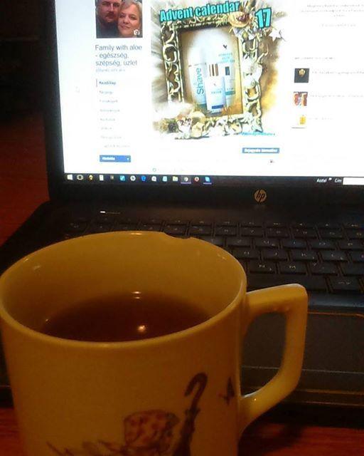 Régi és új 💖👵Mamámtól megörökölt, gyerekkorom kedvenc bögréjéből ☕ iszogatom reggeli teámat. ☕ Közben online dolgozom. Otthonról, kényelmesen. 🔛