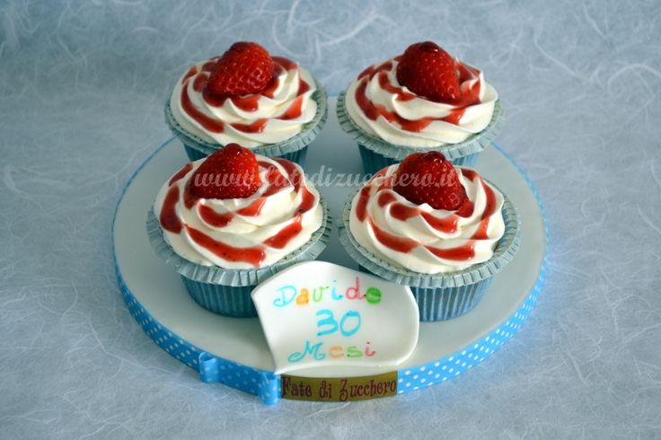 Dettaglio Cupcake con Fragole: con bigliettino modellato e dipinto a mano. Base alla vaniglia, cuore morbido alla fragola, frosting al cream cheese e fragole fresche.