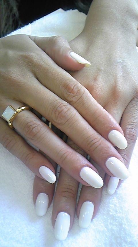 white nails, round tip. i like.