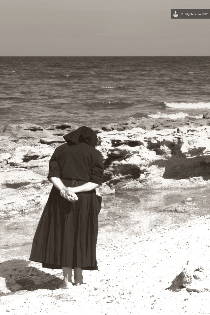 La vecchia e il mare   The old woman and the sea. This will be me but with my black pants!..Looking for rocks!