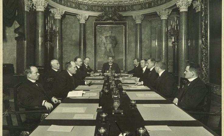 """Marraskuu 1917 – Eduskunta otti vallan """"toistaiseksi"""" – P. E. Svinhufvudin niin sanottu itsenäisyyssenaatti valittiin 24. marraskuuta 1917."""