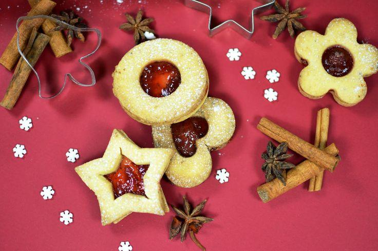 Linecké cukroví k Vánocům patří a my ho máme doma nejraději :-)       Potřebujeme:    260 g másla  140 g třtinového cukru  420 g mouky Jizer...