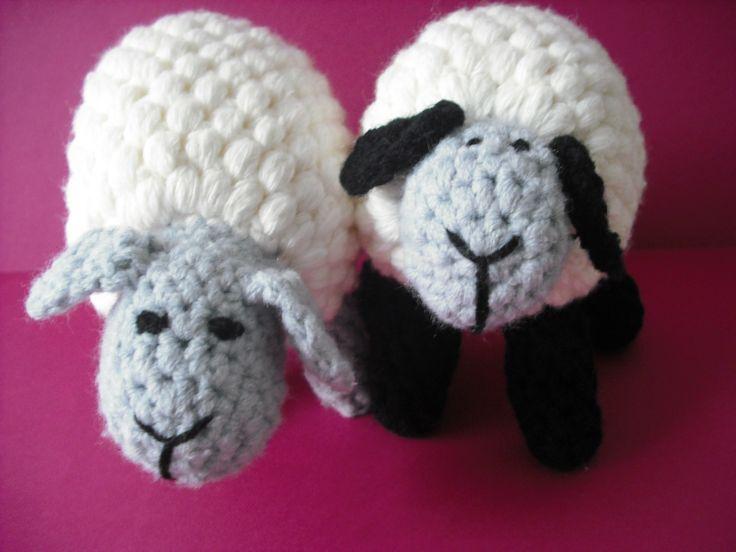 Parka owieczek szydełkowych.