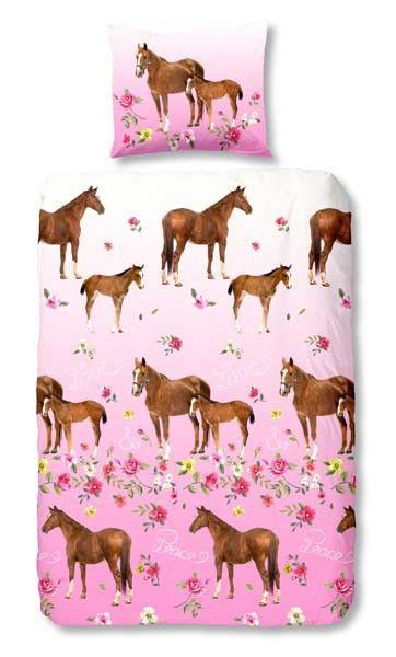 Dekbedovertrek Paard 140x200/220 incl sloop 60x70 100% katoen, dubbele instopstrook over de hele breedte, totale lengte 240 cm. Horse, Fjord, Pony, Haflinger, 2 pony's Roze ondergrond met daarin 2 pony's of Paarden, paard met veulen, veulen en paard en bloemen. Roze overtrek met, bruine en blonde pony en veulen