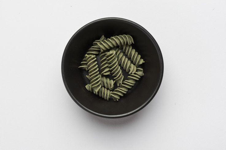 Lecker! Unsere handgemachten Bio Reis Chlorella Fusilli 😍 Bis jetzt konntest du die Poweralge nur in Pulver- oder Tablettenform zu dir nehmen, doch damit ist jetzt Schluss! Die Kombination aus Reismehl und Chlorella ist genial und hat uns geschmacklich einfach begeistert!  #pastazeit #pasta #chlorellapasta #chlorellanudeln #nudeln #handgemacht #vegan #bio #schnelleküche #fusilli #superfood #chlorella #chlorellaalge #reismehl #poweralge #biopasta #bionudeln