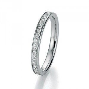 Elegant diamond ring in a simple design.   Elegant diamantring med et simpelt design.