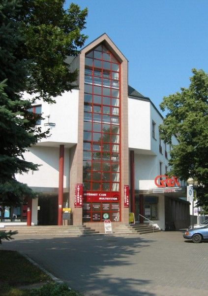 Hotel G-REX is situated on the edge of the Spa colonnade, close to the park. The accomodation capacity is 3 apartments, 2 singlerooms and 28 doublerooms. All rooms are equipped with a bathroom with shower, WC, TV/SAT, telephone and refrigerator. A Continental Breakfast, lunch and dinner are served. Procedures and treatments are made in the Central spa, near the hotel.