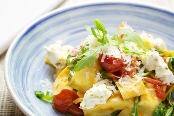 """Ein authentisches Pasta-Gericht mit frischen Rucola und mit Gewürzen verfeinerten und gebackenem Ricotta Käse. Pappardelle findet man im Supermarkt bei den frischen Teigwaren im Kühlregal. Sollten diese nicht vorrätig sein, kann auch auf dünnere Bandnudeln wie zum Beispiel Tagliatelle ausgewichen werden.Kirschtomaten aus der Dose gibt es zum Beispiel von der Marke Mutti (""""Pomodorini Di Collina"""")Mehr"""