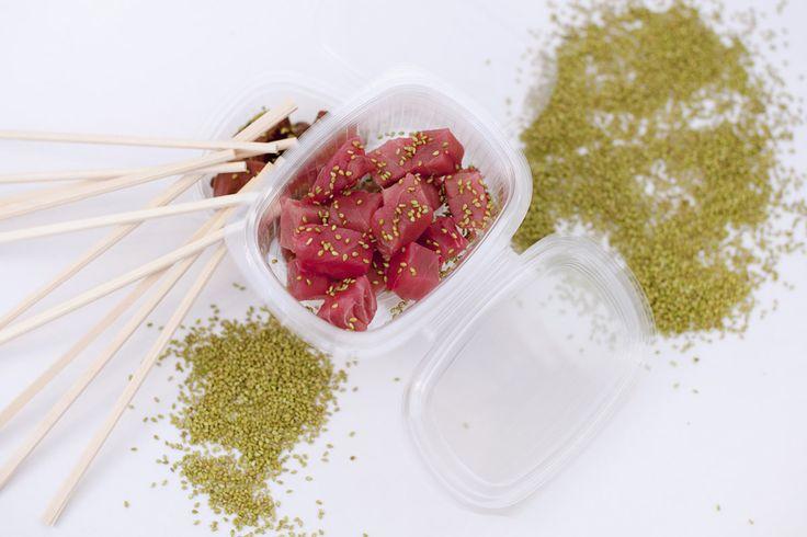 Recetas sanas en frío para llevar a la oficina. Lomo de atún con salteado de verduras y sésamo wasabi. © Silvia Bujan/Cortesía The Good Food Company