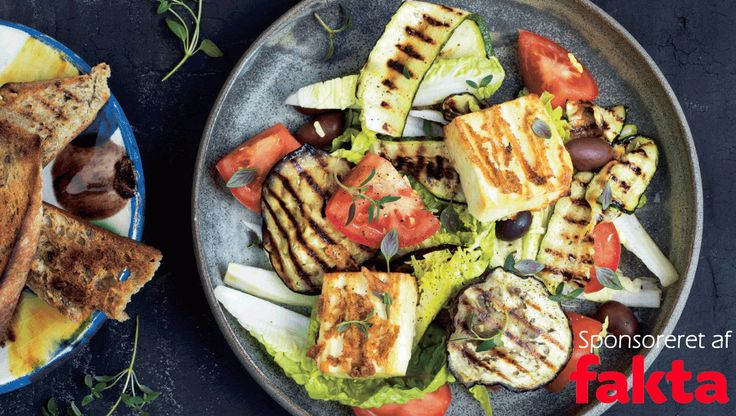 En fyldig måltidssalat kan være lige det, man har lyst til en lun og lys aften. Her får du opskriften på salat med grillet ost, aubergine og sprøde brød