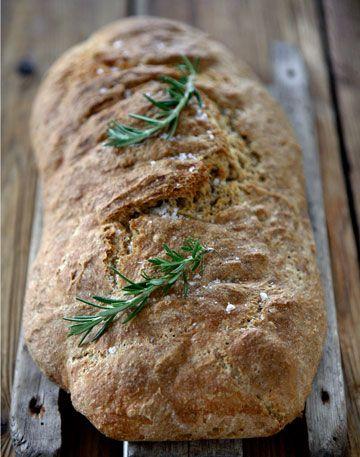 Langtidshævet fuldkornsspeltbrød smager skønt, pynt det med friske timiankviste inden det serveres.