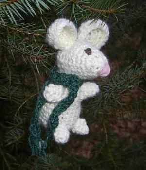 10 Cute FREE Christmas Ornament Crochet Patterns: Mouse Xmas Ornament FREE Crochet Pattern