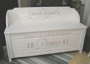 Nätt träsoffa shabby chic med lock och fransk text. Small handpainted sofa. www.himlarum.se    SOLD