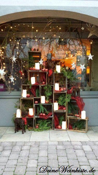 weihnachtsdeko aus gestapelten weinkisten mit anti holzwurm w rmebehandlung vor schaufenster. Black Bedroom Furniture Sets. Home Design Ideas