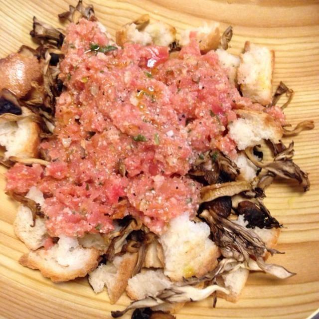 ネギトロみたいになっちゃったのが悔しいけどww一応トマトのソースです(´-ω-`)完熟トマト使った方がいいなー。キノコは三種類、一日干すだけで全然美味しいですよ! - 19件のもぐもぐ - 半干しキノコとパンとアーモンド・パルミジャーノのサラダ by MORi0419