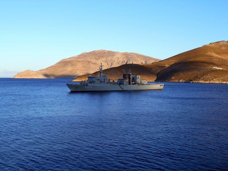 Port Of Tilos. podczas mojego pobytu zatokę odwiedził statek wojenny, na szczęście w pokojowych zamiarach