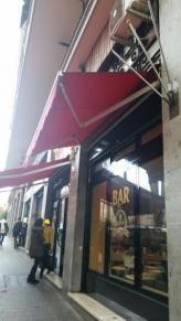 Immobiliare Roma Attività commerciale bar in vendita - 80 mq -  105.000  Roma Via Nocera Umbra 3 zona Tuscolano  Bar gastronomia fredda precotti zona Tuscolana reale possibilità di gratta e vinci e forse patentino tabacchi mq 40 più 40 di sottonegozio dove alloggiati due magazzini e servizi igienici. Il locale è dotato di montacarichi funzionante per poter portare al piano strada quelle che sono le scorte per il bar. Il locale è dotato di doppia vetrina molto luminoso e si trova in un…