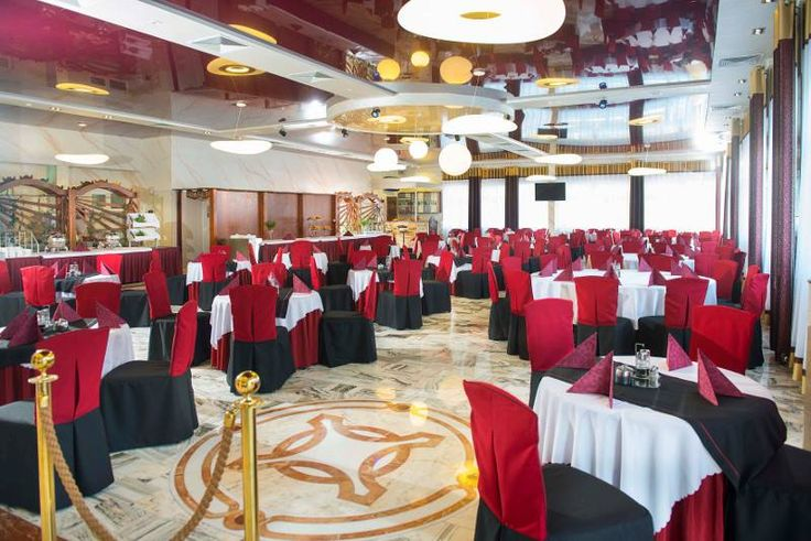 Sala bankietowa i sufit napinany w kolorze czerwonego wina. / The banquet hall and stretch ceiling in the color of red wine.