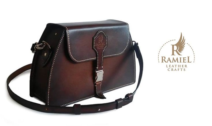 Veg tanned cowhide, 2.5 mm thick. Size: 30/19/9 cm. 100% handmade. Spanish brown from Fiebings #RamielLeatherCrafts #messengerbags #leatherbags #vegtannedleather #leather #bags #messenger #fullgrainleather