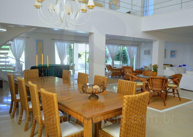Sob um clássico chandelier, a sala de jantar reúne até dez pessoas para as refeições mais formais ao redor de uma mesa em madeira. Próximo à escada, um piano de cauda torna as noites de música muito mais divertidas e inesquecíveis.