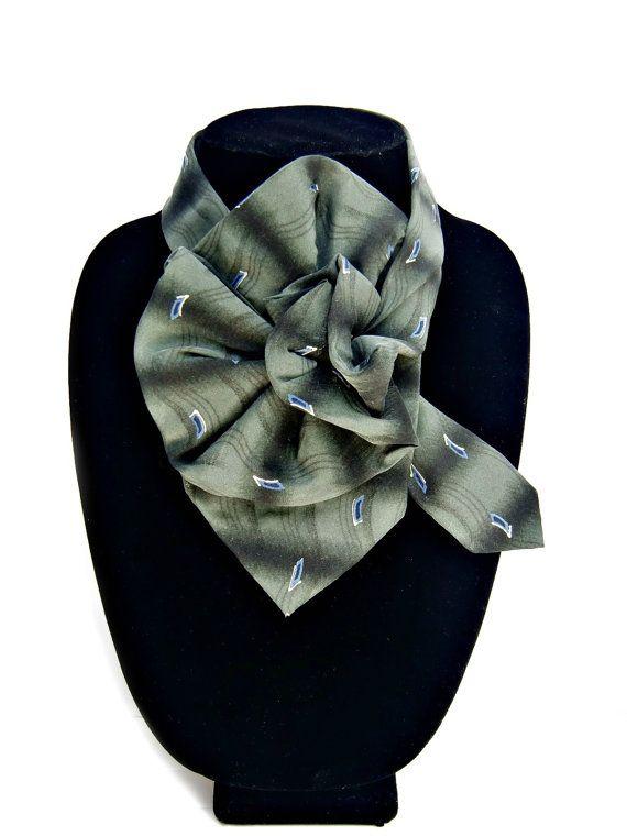 Diesem wunderschönen 100 % Seide modische Damen Krawatte Schal / Ascot Krawatte in gedeckten Farben moosigen grün, war ein mans Seiden-Krawatte von Designer Geoffrey Beene. Ich habe eine Entwurfsänderung und vernäht es komplett mit einer Rosette Zentrum bleiben. Es ist ein elegant aussehende Kleiderschrank-Accessoire für die modebewusste Frau.  Die Rosette-Dimensionen sind 5-Zoll (13 cm) breit und 8-Zoll (20 cm) lang und das Stück Hals erstreckt sich über 20 Zoll (51 cm) im Nacken Kreisen…