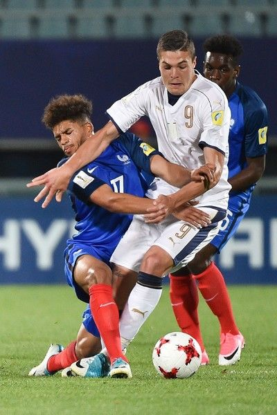 France's midfielder Denis Wil Poha (L) fights for the ball with Italy's forward Andrea Favilli during their U-20 World Cup round of 16 football match between France and Italy in Cheonan on June 1, 2017. / AFP PHOTO / KIM DOO-HO