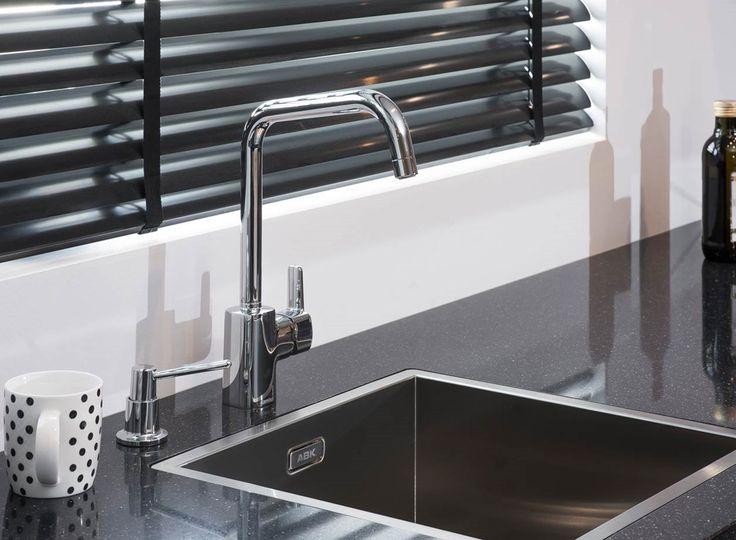 Rechte witte keuken met kraan en vierkante spoelbak. Mooie combinatie met zwart composiet aanrechtblad.