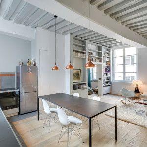 Garçonnière Marais é uma casa minimalista localizado em Paris, França, projetado por Tatiana Nicol. Os 50 metros quadrados apartamento características vigas de teto e uma partição personalizado com construído em armazenamento e prateleiras espaço. (1)