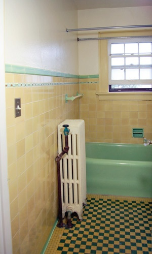 such a pretty liner tile in a green and yellow bathroom