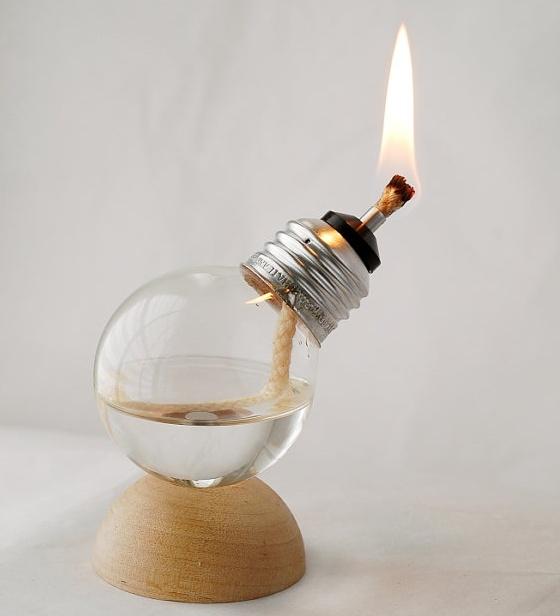 Fancy - Mini Ανακυκλωμένο Light Bulb Λάμπα πετρελαίου.  Όλες τις βάσεις μας είναι χειροποίητα από εμάς.  Απολαύστε το μοναδικό φωτισμό λάμπες πετρελαίου μας που βιοτεχνίας χρησιμοποιώντας τα επαναχρησιμοποιούμενα των λαμπτήρων πυρακτώσεως ως το λαμπτήρα.  Κάθε βάση του λαμπτήρα που δημιουργούμε είναι μοναδική και λόγω της διαδικασίας χειροποίητο, ελαφρές παραλλαγές συμβαίνουν, έτσι θα λάβετε μια λάμπα με μια ημιθόλο βάση το ξύλο που είναι πολύ παρόμοια, αλλά δεν μπορεί να είναι η ακριβής βάση που φαίνεται στις φωτογραφίες.