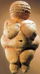 Venere di Willendorf,20000a.c,pietra scolpita a tutto tondo,Vienna Museo di Storia Naturale. Con funzione probabilmente propiziatoria, simboleggia la fertilità della donna, per questo erano enfatizzate alcuni attributi femminili come i seni, i glutei, i fianchi, mentre erano assenti volto, mani e piedi. Gli studiosi hanno ipotizzato che statuette di questo tipo(11-25cm),venissero seppellite sotto terra per favorire la produzione agricola. Gli studiosi ne hanno trovati molte in varie zone.