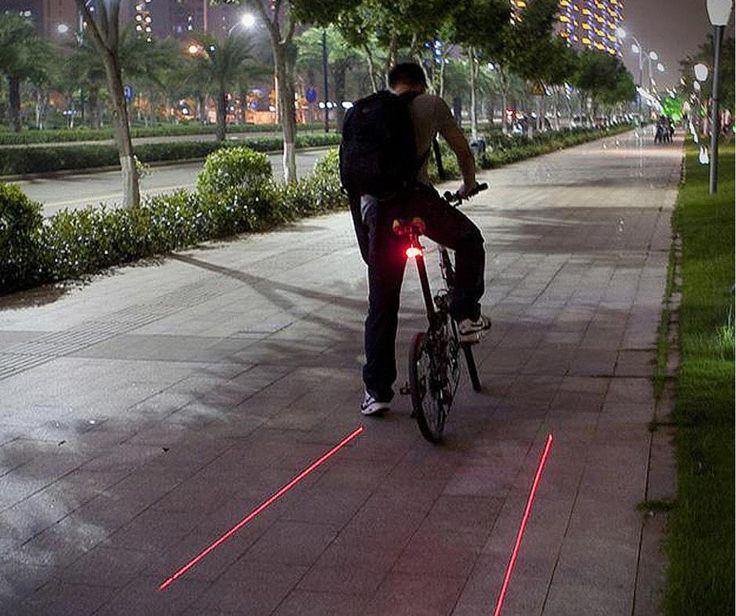 Pasionat de biciclete și de plimbări nocturne? Cele două lasere de sub șa creează propria ta pistă, iar tu devii mai vizibil în trafic. Ingenios, nu-i așa?